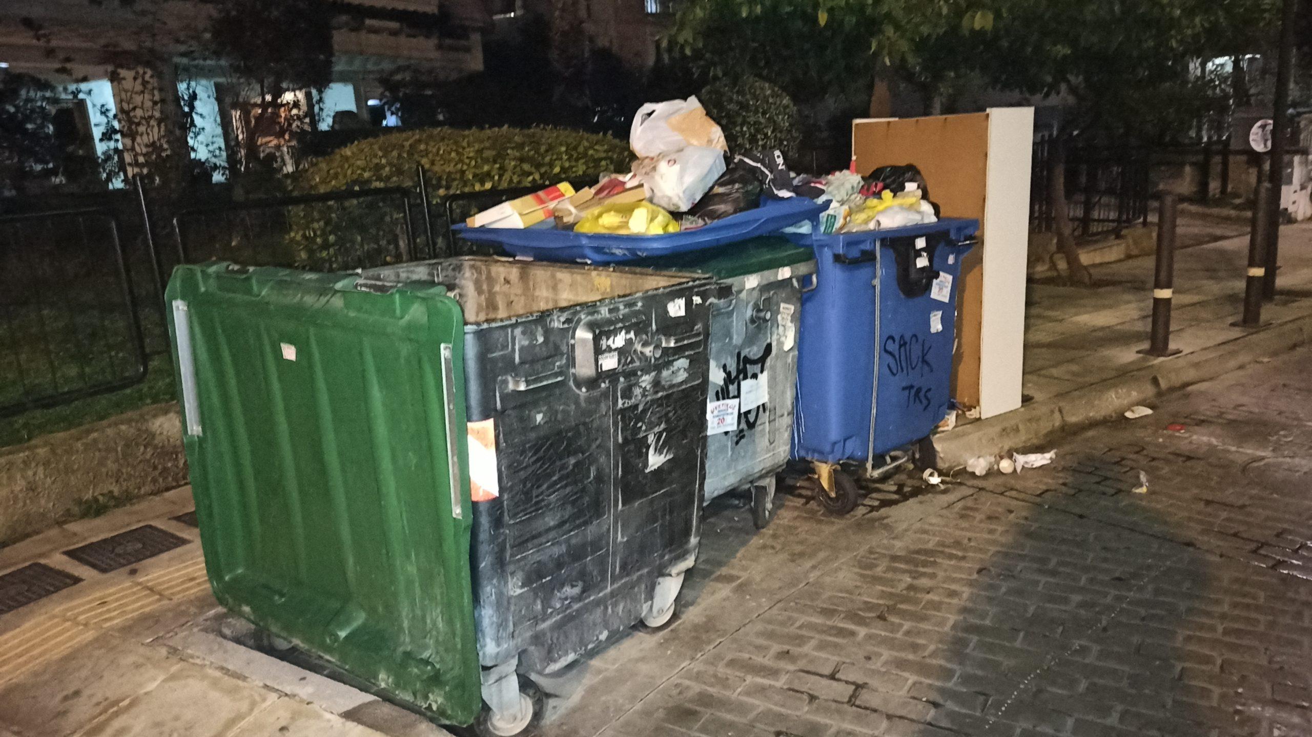 «Βουνό» τα σκουπίδια κοντά σε πεζοδρόμιο
